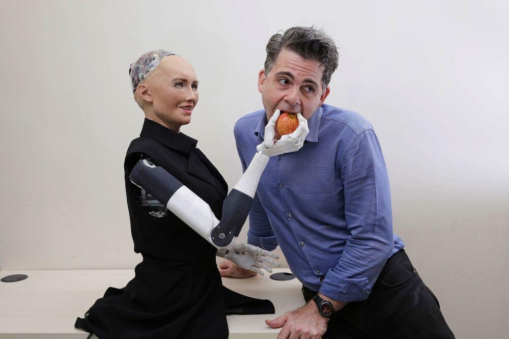 Zakladatel společnosti Hanson Robotics David Hanson s robotem Sophia v Hongkongu.