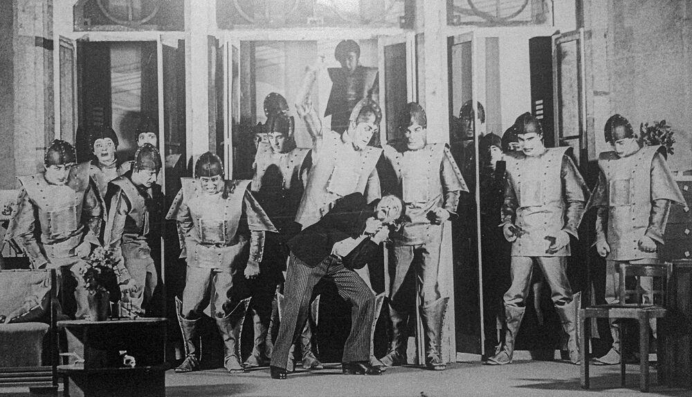 Scéna z divadelní hry R.U.R. z let 1928-1929. Herci zobrazují povstání robotů.
