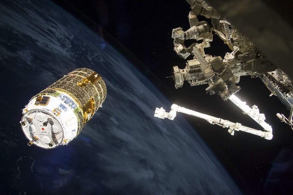 Robotický komplex Canadarm 2 se připravuje na zachycení japonské nákladní lodi HTV-6 během přistání k ISS.