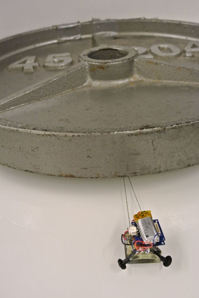 Mikro robot MicroTugs vážící 12 gramů dokáže přemístit 2 000krát větší váhu než jeho vlastní.