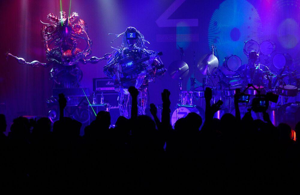 Robotická rocková skupina Z-MACHINES vystupuje na svém koncertu v Tokiu, 2013.
