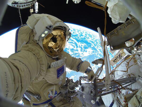 Ruský kosmonaut Sergej Kuď-Sverčkov vystoupil do vesmíru z paluby ISS.  - Sputnik Česká republika