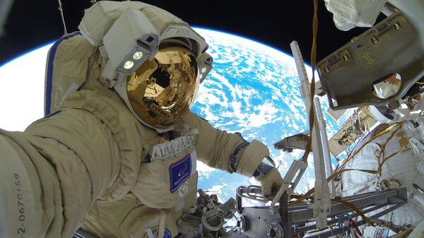 Космонавт Роскосмоса Сергей Кудь-Сверчков во время выхода в открытый космос - Sputnik Česká republika