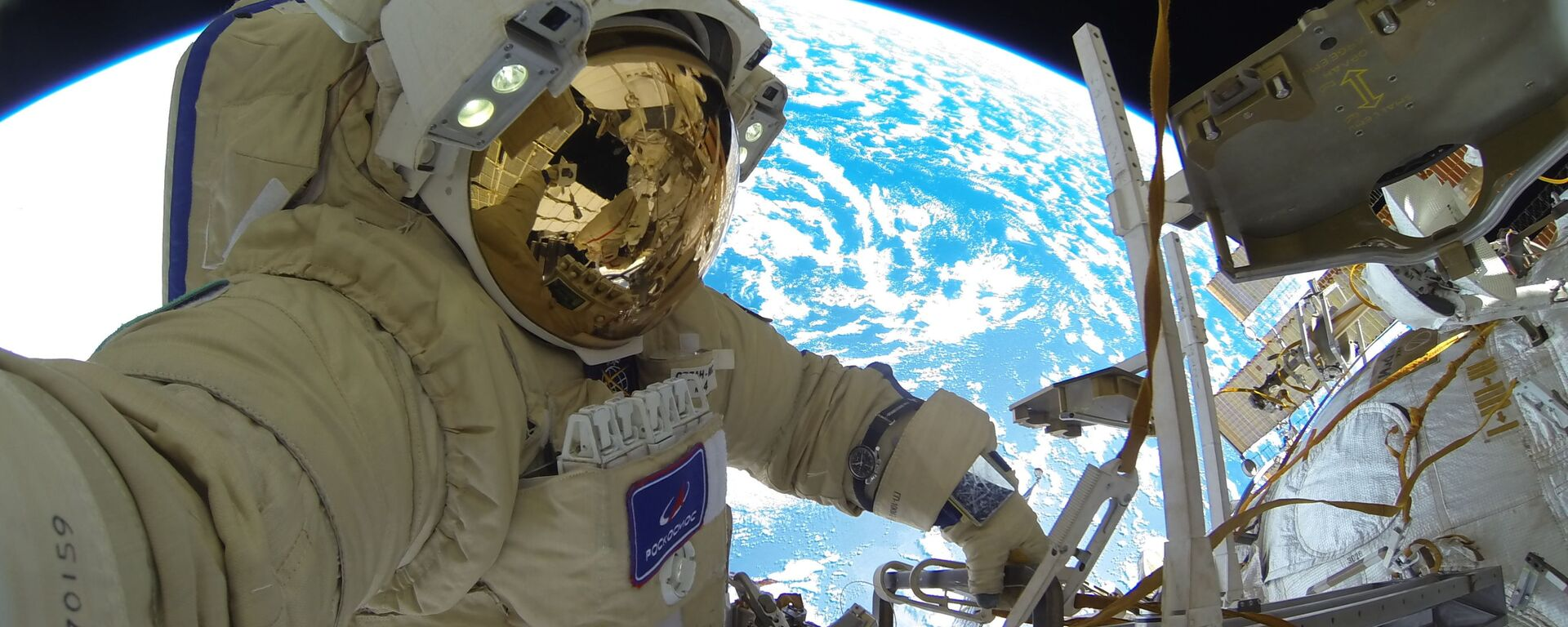 Kosmonaut Roskosmosu Sergej Kuď-Sverčkov během výstupu do volného prostoru - Sputnik Česká republika, 1920, 26.04.2021