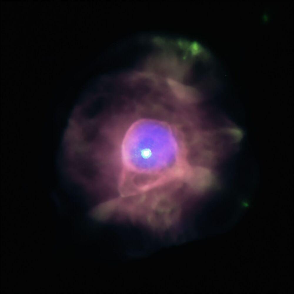 Za použití observatoře NASA Chandra objevili astronomové ve středu u planetární mlhoviny IC 4593 bublinu superhorkého plynu.