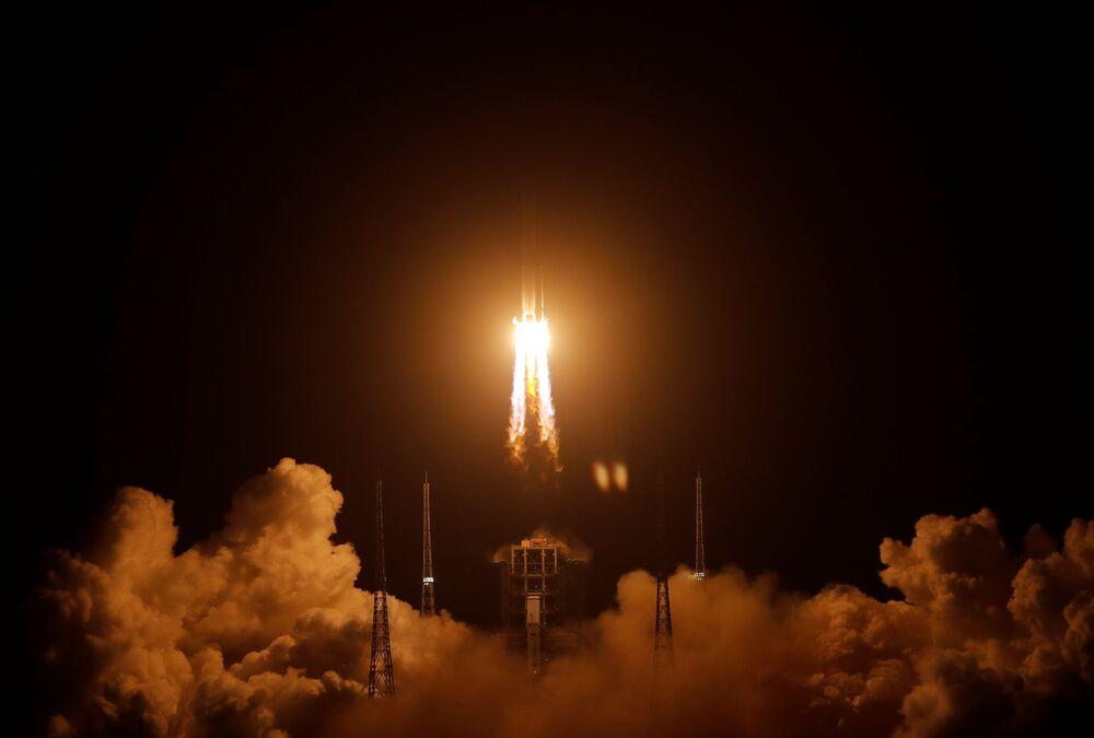 Čínská nosná raketa Čchang-čeng 5 úspěšně odstartovala do vesmíru se sondou Čchang-e 5, která má odebrat vzorky měsíční půdy a dopravit je na Zemi.