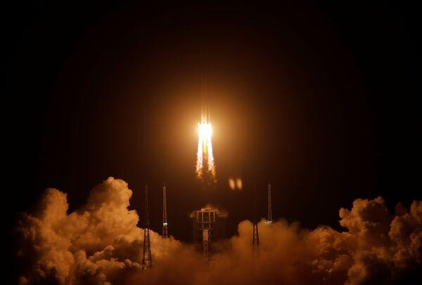 Čínská nosná raketa Čchang-čeng 5 úspěšně odstartovala do vesmíru se sondou Čchang-e 5, která má odebrat vzorky měsíční půdy a dopravit je na Zemi.  - Sputnik Česká republika