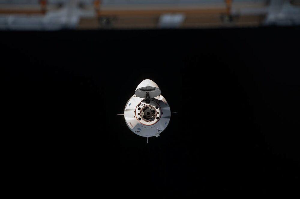 Vesmírná loď Crew Dragon se připojila k ISS.