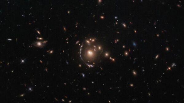 Vědcům z NASA a Evropské kosmické agentury se podařilo udělat snímek galaxie LRG-3-817.  - Sputnik Česká republika