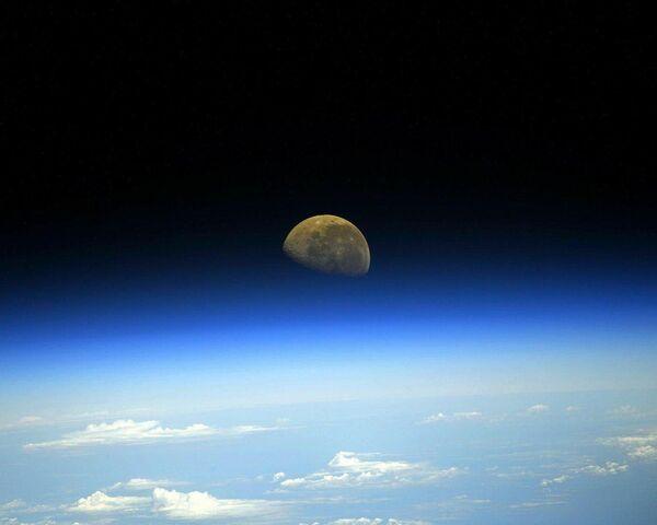 Pohled na Měsíc z paluby ISS.  - Sputnik Česká republika
