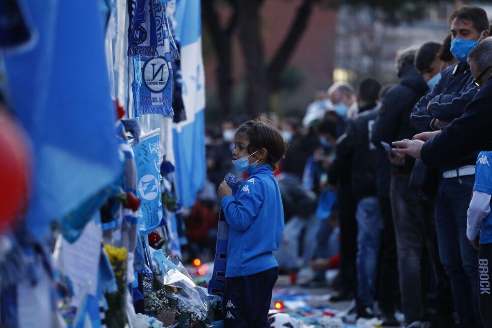 Mladá fanynka u památníku na počest fotbalisty Diega Maradony na stadionu San Paolo v Neapoli.