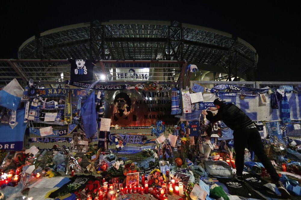 Spontánně instalovaný memoriál na počest fotbalisty Diega Maradony na stadionu San Paolo v Neapoli.