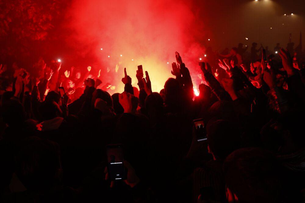 Fanoušci na stadionu San Paolo v Neapoli truchlí nad smrtí Diega Maradony.