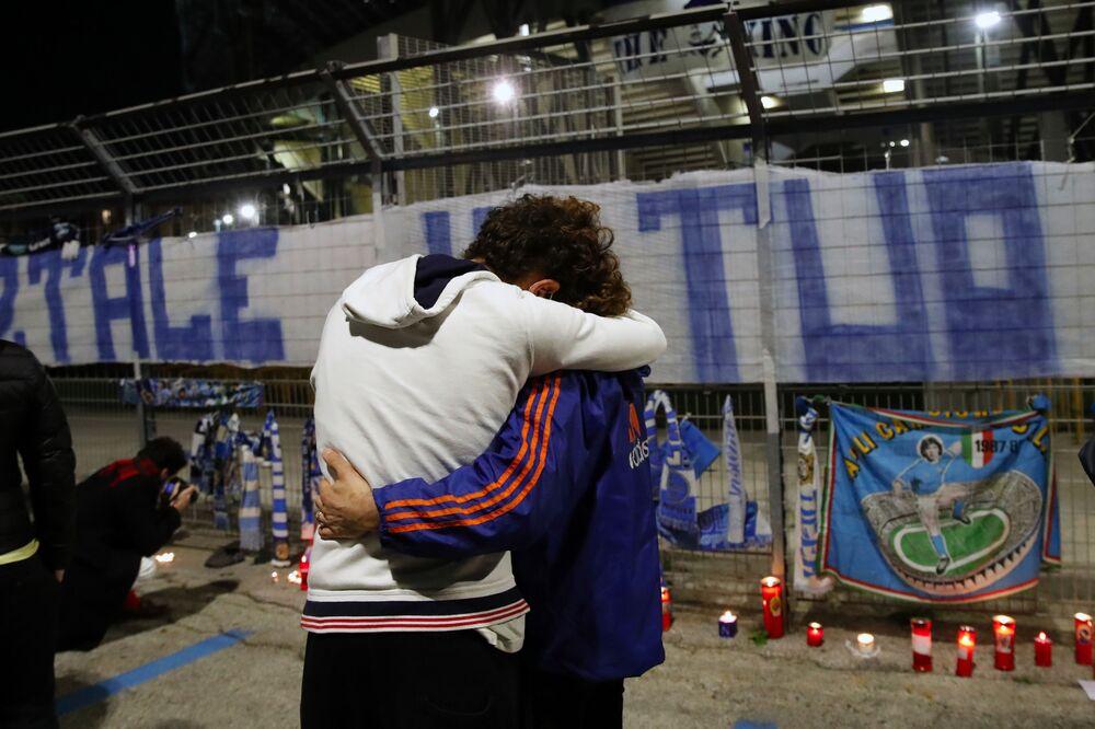 Fanoušek oplakává smrt fotbalisty Diega Maradony na stadionu San Paolo v Neapoli.