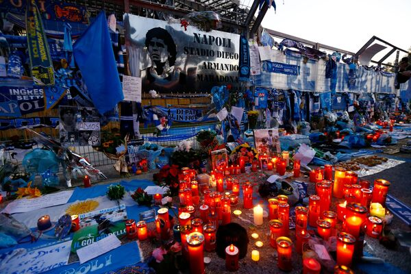Květiny a svíčky na stadionu San Paolo v Neapoli. - Sputnik Česká republika