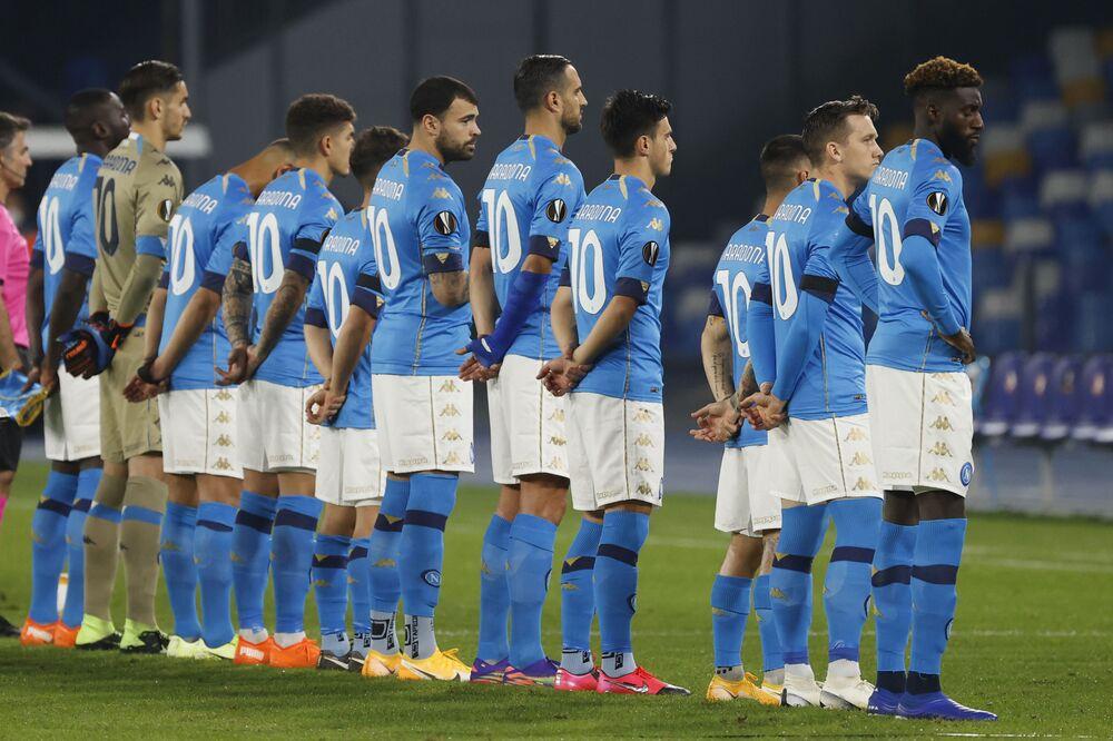 Hráči klubu SSC Neapol (často jen Napoli) před zápasem v dresech se jménem Diego Maradona na zádech.