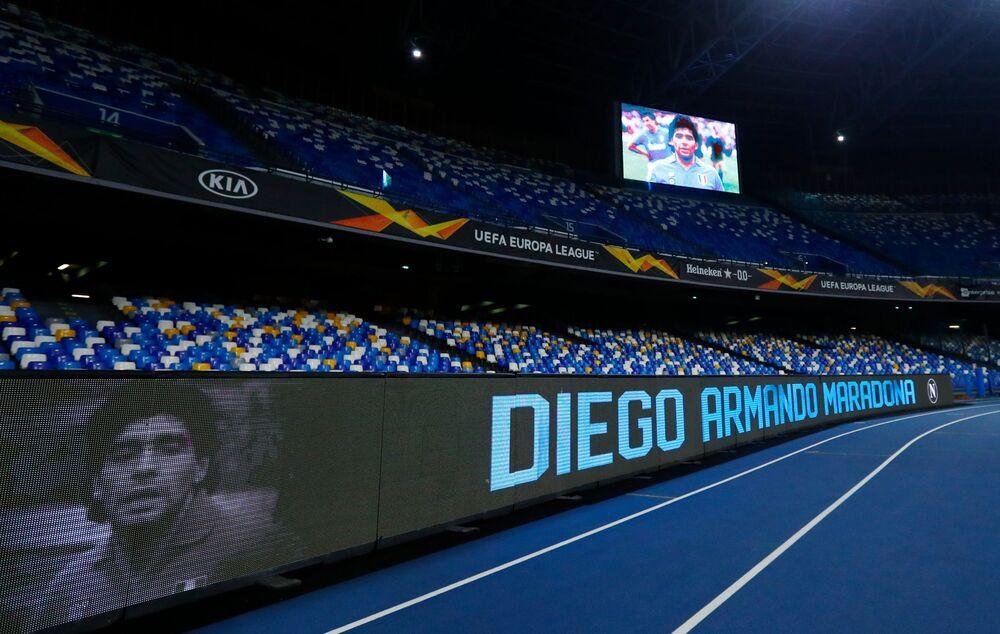 Fotografie fotbalisty Diega Maradony na obrazovce stadionu San Paolo před zahájením zápasu Evropské ligy UEFA.