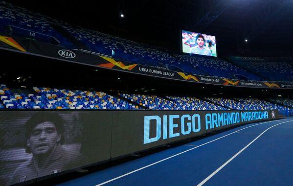 Fotografie fotbalisty Diega Maradony na obrazovce stadionu San Paolo před zahájením zápasu Evropské ligy UEFA. - Sputnik Česká republika