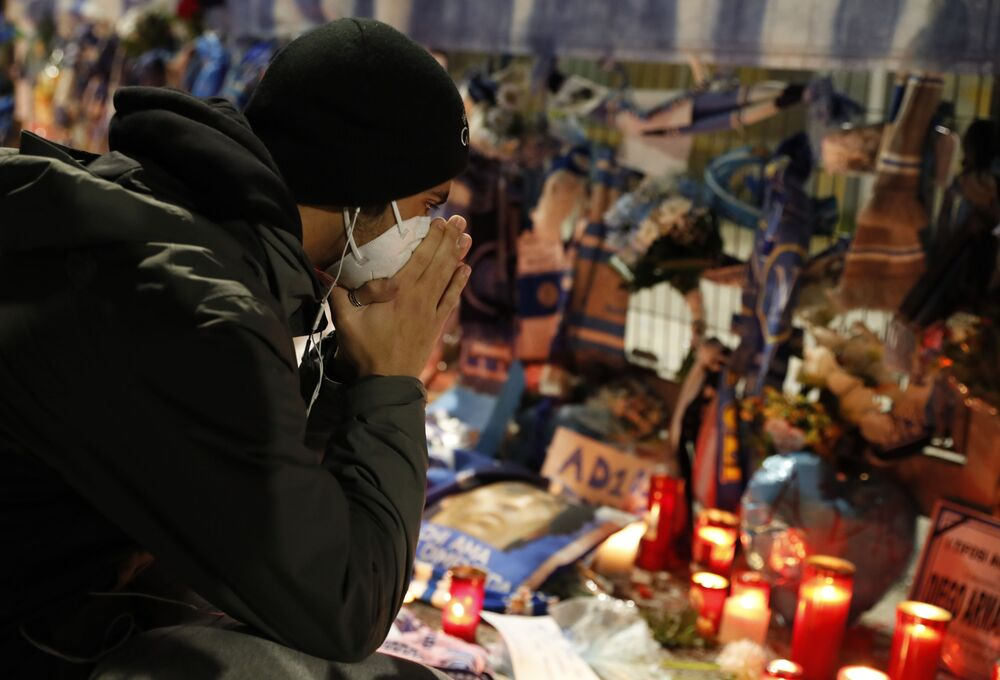 Lidé truchlí nad smrtí argentinské fotbalové legendy Diega Maradony. Stadion San Paolo, Neapol, Itálie.