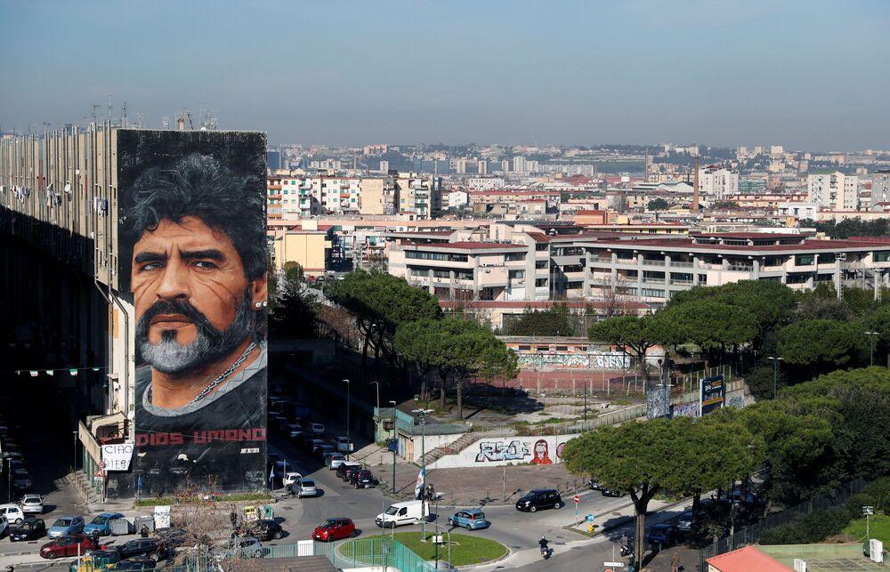 Graffiti s podobiznou Diega Maradony na zdi jedné z budov v Neapoli.