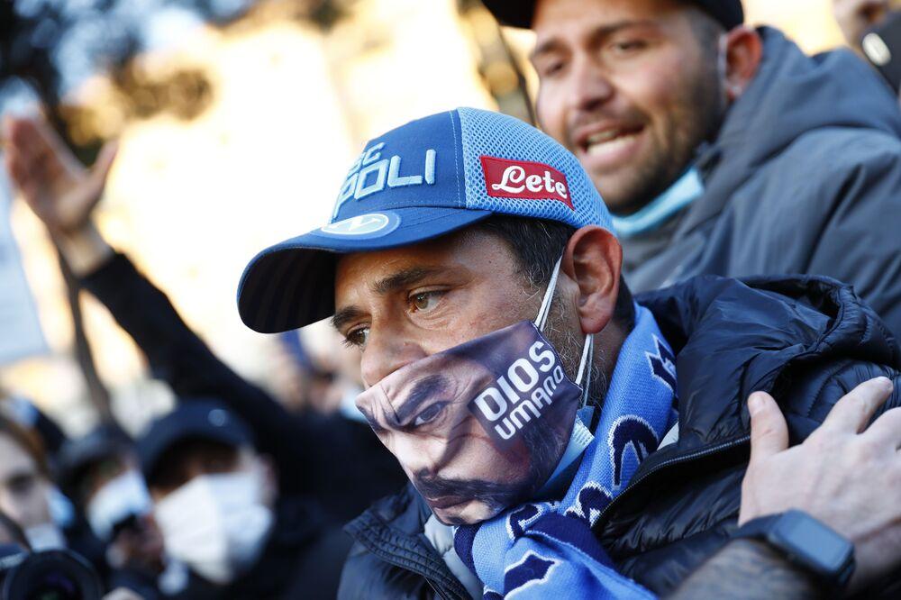 Fanoušek SSC Napoli truchlí nad smrtí Maradony.