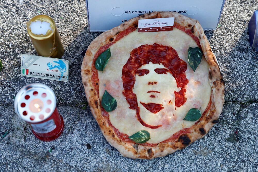Lidé oplakávají smrt fotbalisty Diega Maradony na stadionu San Paolo v Neapoli.