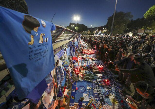 Memoriál na počest fotbalisty Diega Maradony na stadionu San Paolo v Neapoli.