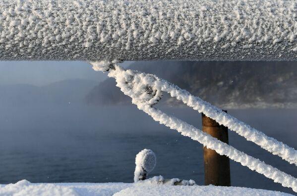 Kosatková otěž na plachetnici Victor pokrytá námrazou během poslední plavby na řece Jenisej. - Sputnik Česká republika