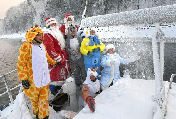 Členové jachtařského klubu Škiper v karnevalových kostýmech během letošní poslední plavby na plachetnici. - Sputnik Česká republika