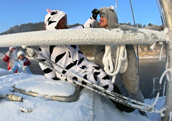 Členové jachtařského klubu Škiper v karnevalových kostýmech během poslední plavby na plachetnici. - Sputnik Česká republika