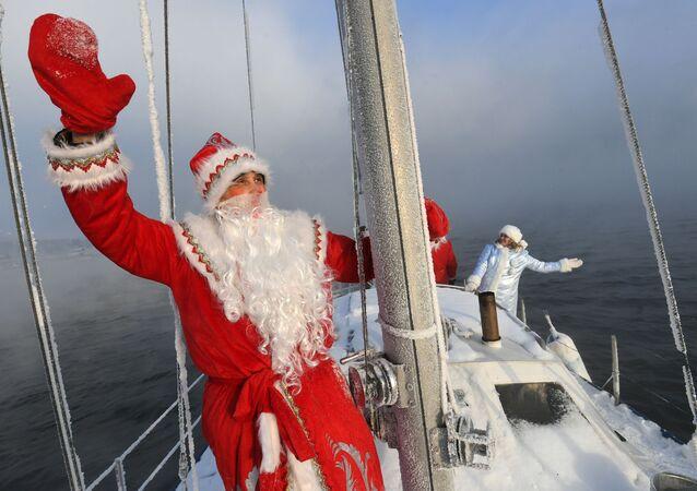 Členové jachtařského klubu Škiper v kostýmech Dědy Mráze a Sněhurky se loučí se starým rokem.