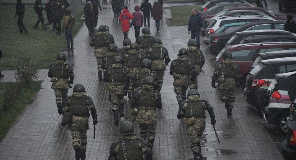 Těžkooděnci zasahují proti demonstrantům v Minsku (29. 11. 2020)