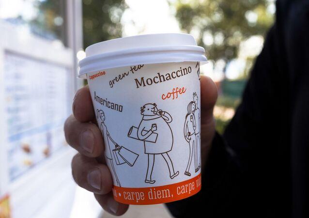 Káva v jednorázovém kelímku