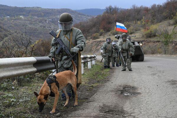 Specialisté protiminového střediska Ministerstva obrany RF při plnění úkolů inženýrského průzkumu v Náhorním Karabachu. - Sputnik Česká republika