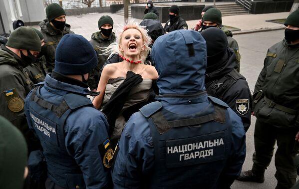 Policisté zatýkají aktivistku hnutí Femen v Kyjevě, Ukrajina. - Sputnik Česká republika
