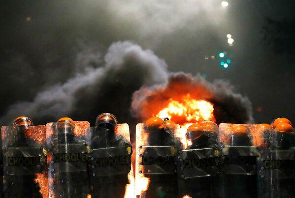 Nepokoje a žhářství po vraždě Afroameričana v brazilském hypermarketu Carrefour v Porto Alegre, Brazílie. - Sputnik Česká republika