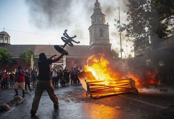 Střet demonstrantů s policií během Mezinárodního dne za odstranění násilí páchaného na ženách. Santiago de Chile, Chile. - Sputnik Česká republika