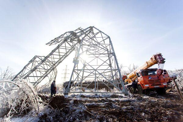 Demontáž elektrického vedení ve Vladivostoku, které se zřítilo v důsledku sněhové cyklóny. - Sputnik Česká republika
