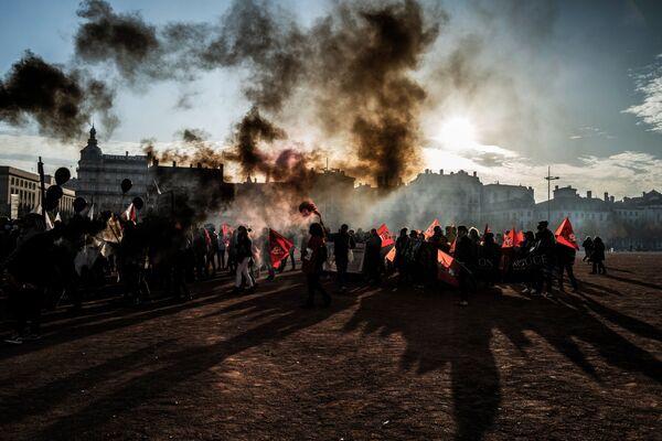 Lidé během protestu proti vládním omezením v rámci izolačních opatření. Lyon, Francie. - Sputnik Česká republika