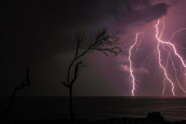 Blesk u pobřeží města Batrun v severním Libanonu. - Sputnik Česká republika