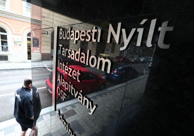 U budovy Open Society Foundation v Budapešti, Maďarsko