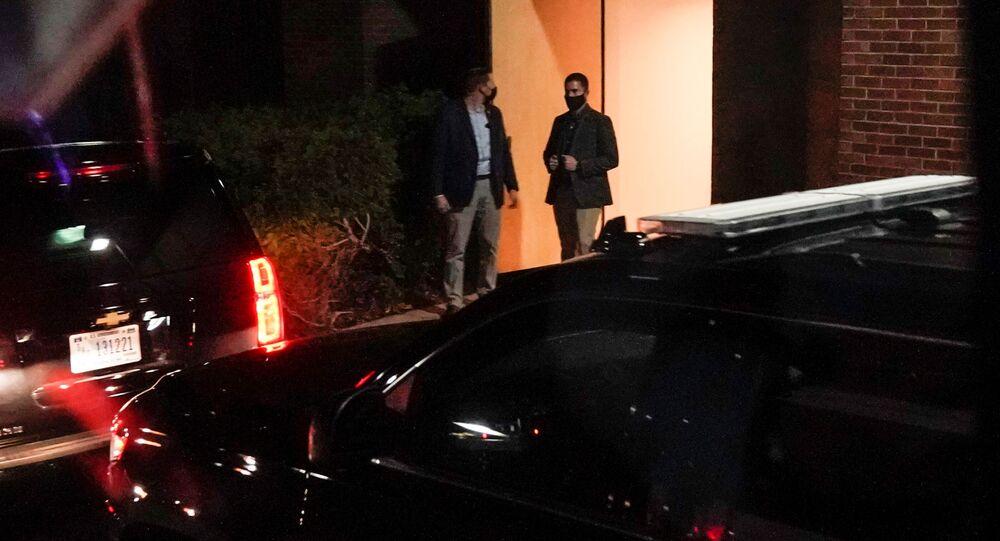 Agenti tajné služby u dveří kliniky, kde Joe Biden absolvoval výpočetní tomografii