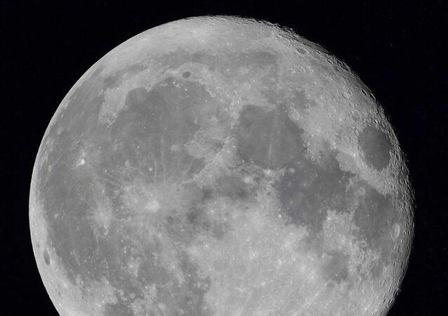 Měsíc z Mezinárodní vesmírné stanice. Ilustrační foto