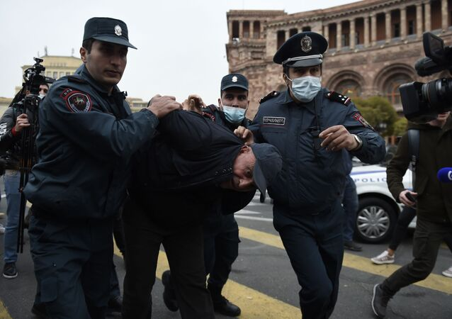Arménští policisté zadrželi jednoho z účastníků protivládní protestní akce