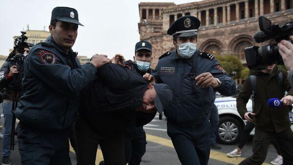 Arménští policisté zadrželi jednoho z účastníků protivládní protestní akce - Sputnik Česká republika