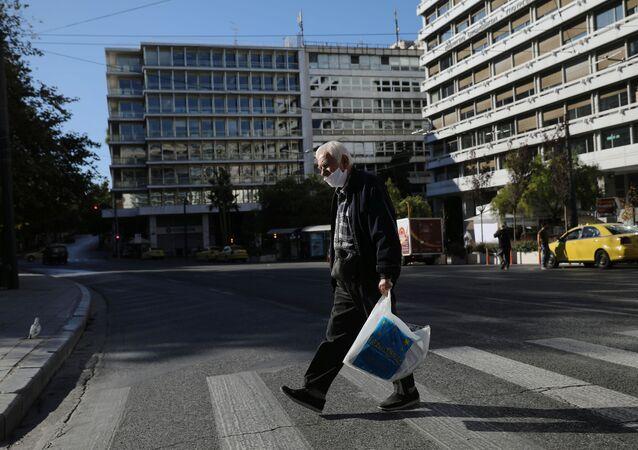 Muž v roušce v Athénách