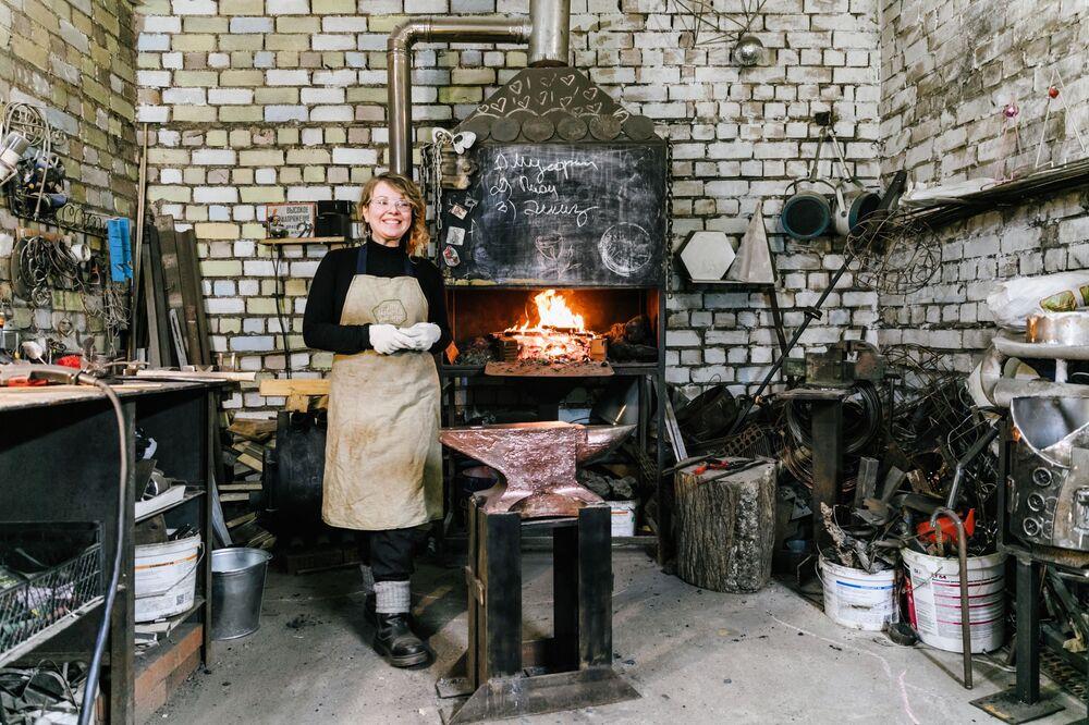 Zakladatelka návrhářské dílny Garáž mé sestry Alena Kiseljovová ve své kovárně ve městě Ivanovo