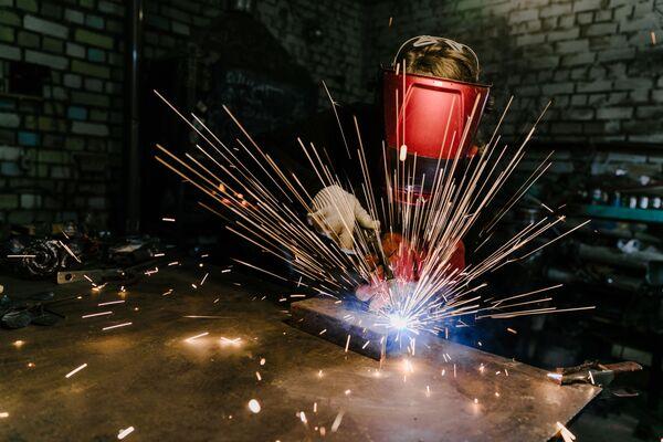 Práce kováře v kovárně návrhářské dílny My Sister's Garage ve městě Ivanovo - Sputnik Česká republika