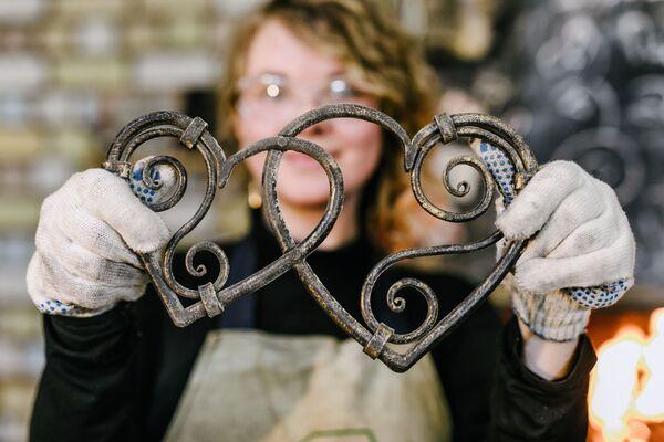 Příprava k dávnému ruskému obřadu zakování srdce v kovárně dílny designových výrobků My Sister's Garage ve městě Ivanovo - Sputnik Česká republika