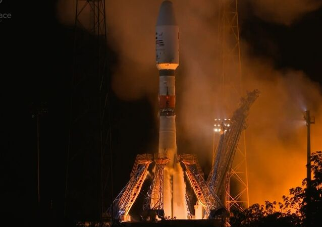 Ruská nosná raketa Sojuz se satelitem SAE Falcon Eye při startu